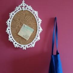 Lavagna in sughero decorata a mano e realizzata da una vecchia cornice in peltro