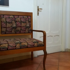 Seduta restaurata e tappezzata in tessuto wax tone sur tone