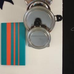 Coperchio di scatola in legno trasformata in vassoio con decorazioni realizzate a mano