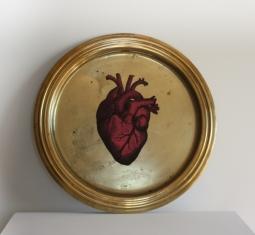Vassoio in ottone, con inserto in carta decorata a mano e resina