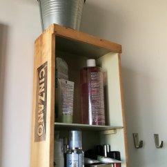 scatola di vini trasformata in mensola da bagno